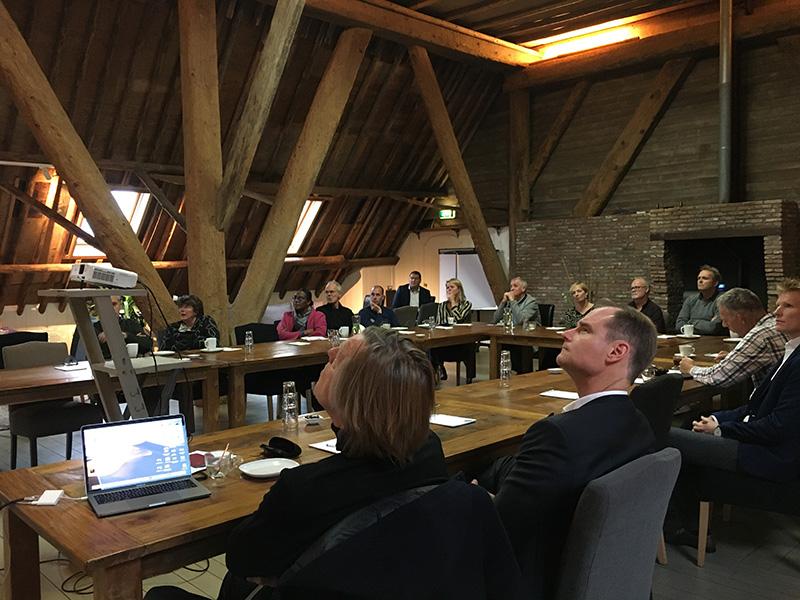 Deelnemers luisteren aandachtig naar de lezingen